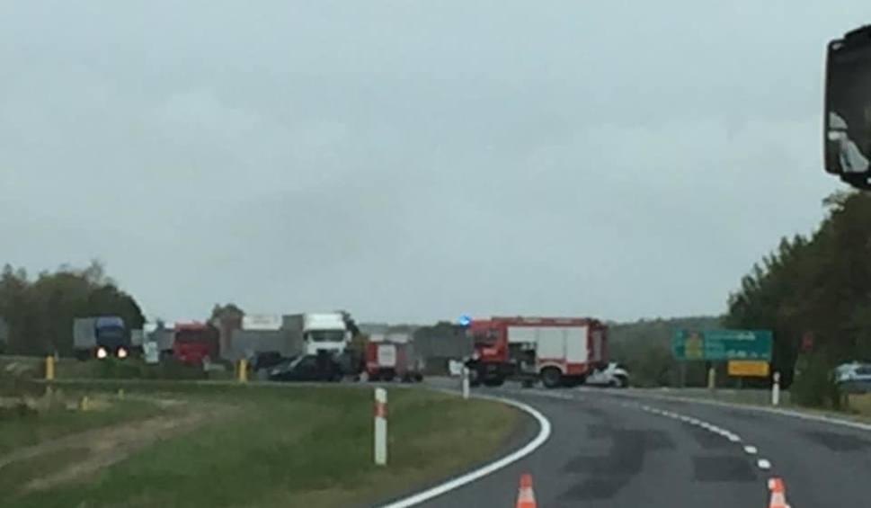 Film do artykułu: Wypadek koło Gubina. Zderzyły się dwa samochody. Ranne zostały trzy osoby. Droga jest zablokowana!