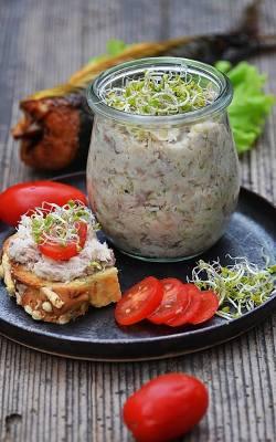 Kanapki z pastą z wędzonej makreli z ogórkiem i jogurtem naturalnym.
