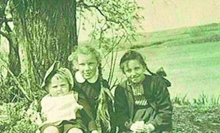 Na brzegu Narwi Wanda z dwuletnią kuzynką Zofią Pisarską i jej siostrą Miecią