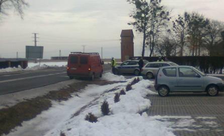 Tak ustawił się radiowóz w Chudobie: na łuku drogi, przy podwójnej ciągłej linii.