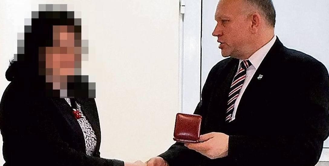 Niedawno starosta Jarosław Szlaszyński wręczał lekarce list gratulacyjny i medal.