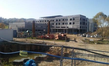 Na placu budowy rzeczywiście nie ma zbyt wiele maszyn, ale wczoraj z budynku dochodziły odgłosy jakichś prac.