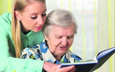 Starsze osoby wymagają wsparcia. Rodzina nie zawsze jest w stanie zapewnić im opiekę
