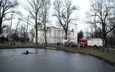 W sobotę około godz. 16, straż pożarna otrzymała zgłoszenie, że do stawu na terenie Państwowej Wyższej Szkoły Wschodnioeuropejskiej w Przemyślu wpadł