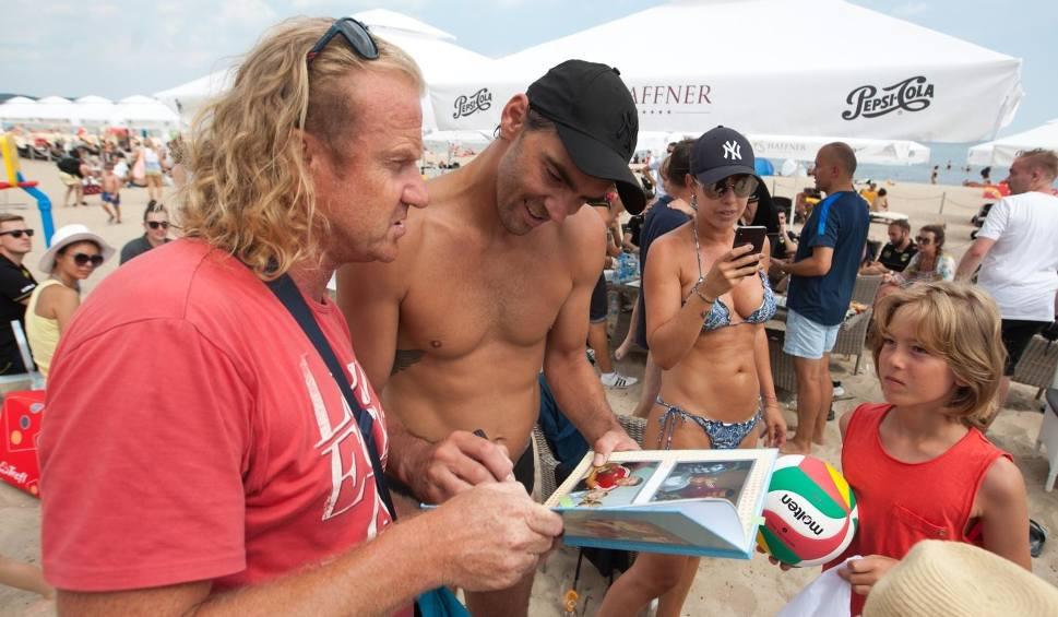 Film do artykułu: Giba jeździ po Polsce, aby promować siatkówkę. Zawitał na sopocką plażę, gdzie wspierał zawodników Trefla Gdańsk i Andreę Anastasiego