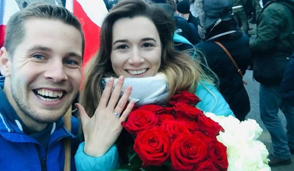 Film do artykułu: Oświadczył się na Marszu Niepodległości w Warszawie! - Powiedziała TAK, a świadkiem nam Niepodległa Polska... - napisał Mateusz Koszela