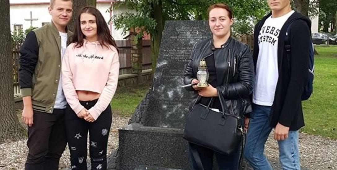 """Uczestnicy projektu """"Szlakiem wieluńskich Żydów"""" z II LO przy pomniku stojącym w miejscu zburzonej synagogi"""