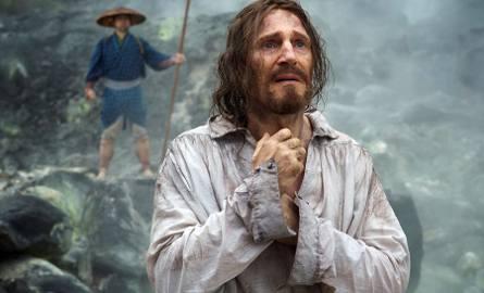 Solidny Liam Neeson w roli ojca Cristóvão Ferreiry upadkiem na kolana w obliczu grozy, której jest świadkiem, uruchamia serię pytań o sens męczeństwa,