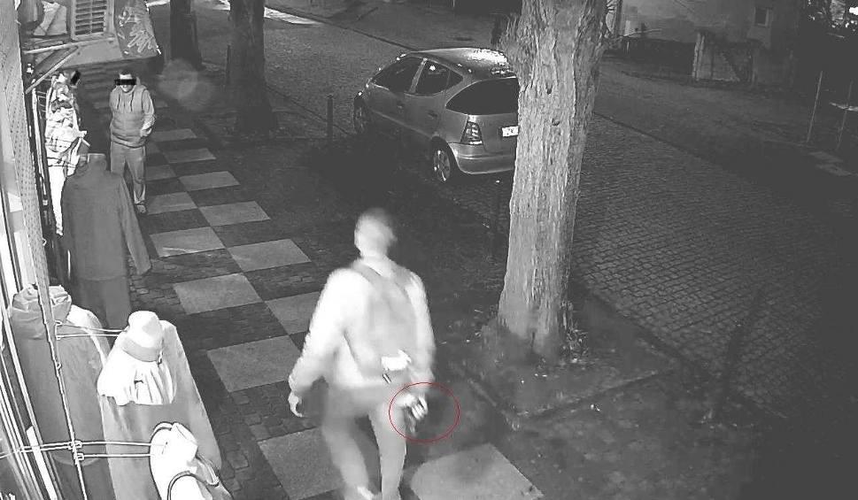 Film do artykułu: Napad na sklepie w Mielnie. Mężczyzna groził atrapą broni