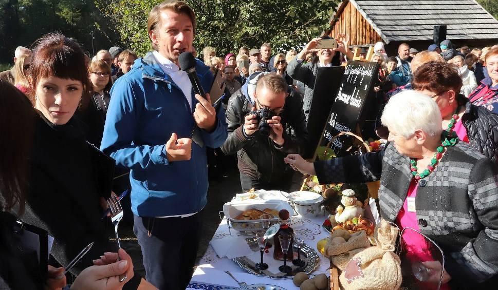Film do artykułu: Pokazy, konkursy i tłum smakoszy podczas Festiwalu Ziemniaka w Muzeum Wsi Radomskiej. Gościem był Karol Okrasa