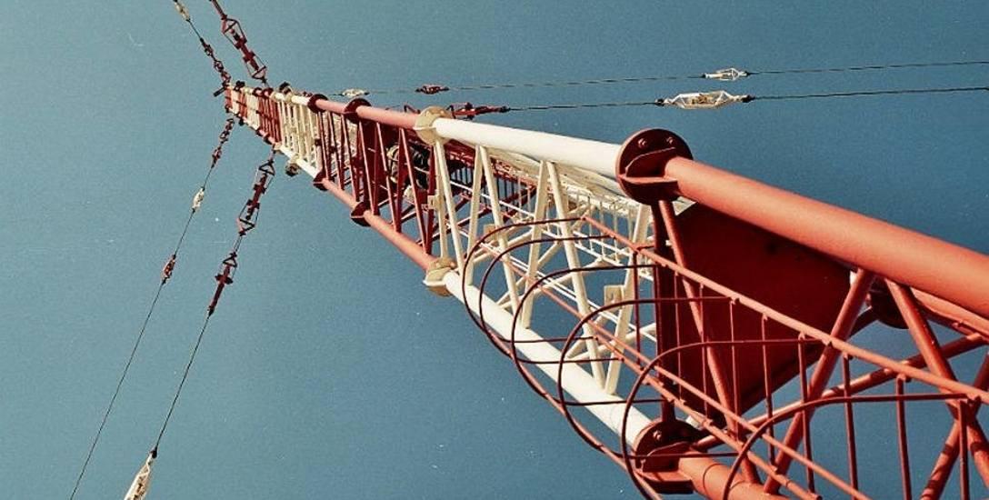Kiedy zdemontowano las anten zagłuszających, sprowadzono z Poznania potężny maszt dla fal średnich. Stał do 2002 roku i przypominał, że przez trzy lata