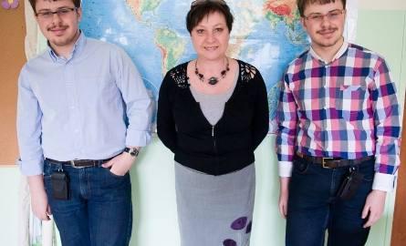 Uczniowie Gimnazjum w Zespole Szkół Społecznych numer 2 imienia Małego Księcia w Tarnobrzegu, Bartłomiej - z lewej i Mateusz Kupcowie wraz ze swoją nauczycielką