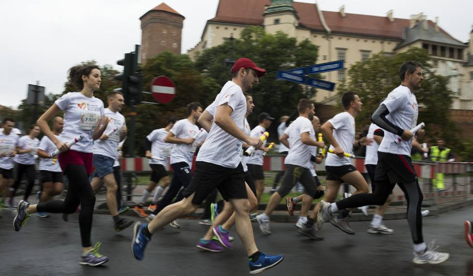 Film do artykułu: Sześć tysięcy osób na starcie charytatywnego biegu sztafetowego Kraków Business Run - 2 września na Rynku Głównym