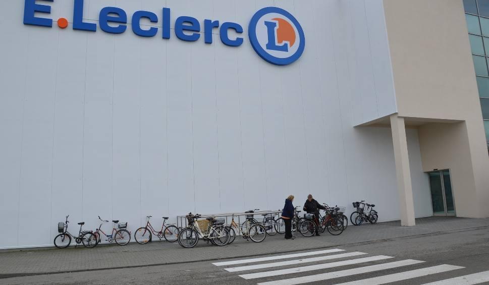 Film do artykułu: Hipermarket E.Leclerc w Stalowej Woli z tłumem klientów korzystających z okazji