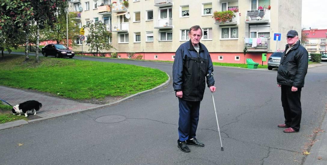 Na osiedlu Widok brakuje chodnika i przejść dla pieszych. Mieszkańcy muszą iść asfaltem