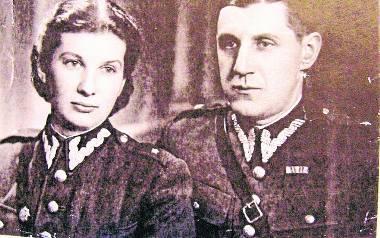 Podporucznik Aleksandra Komendzińska z wujem Leonem, bratem jej mamy, Kraków 1945 rok.