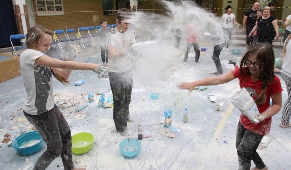 Film do artykułu: Mąka sypała się w kieleckiej podstawówce. Była świetna zabawa (ZDJĘCIA)