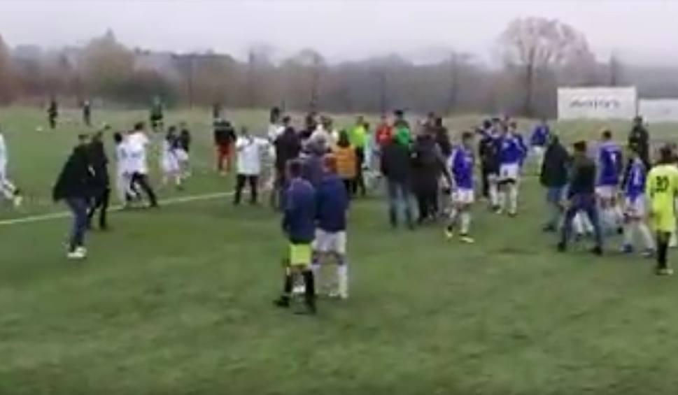 Film do artykułu: Bijatyka na meczu trampkarzy z udziałem chłopców ze Szczecina [WIDEO]