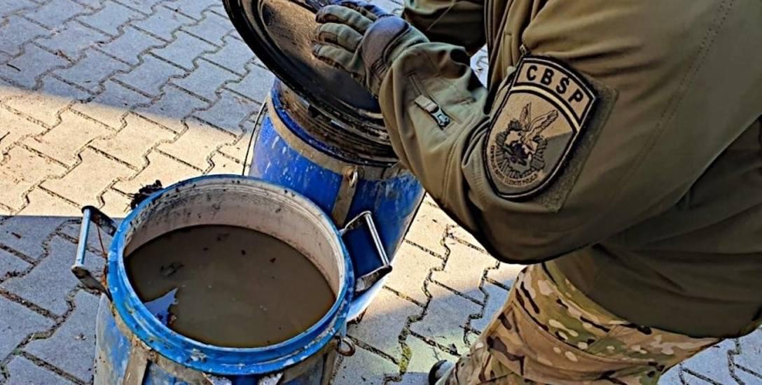 Beczki z płynną amfetaminą odkopane w lesie koło miejscowości Kup. Można z tego zrobić 40 kilogramów sproszkowanej amfy.