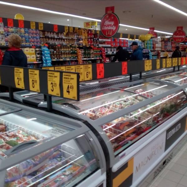 Długie kolejki przed wejściami do sklepów, ale i półki pełne towarów – tak w nocy z wtorku na środę wyglądały Lidl i Biedronka w Toruniu. Nocni zakupowicze