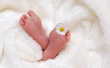 Pierwsza kąpiel noworodka to duże wydarzenie. Warto zrobić to umiejętnie, aby i dziecko i rodzic się nie stresowali.