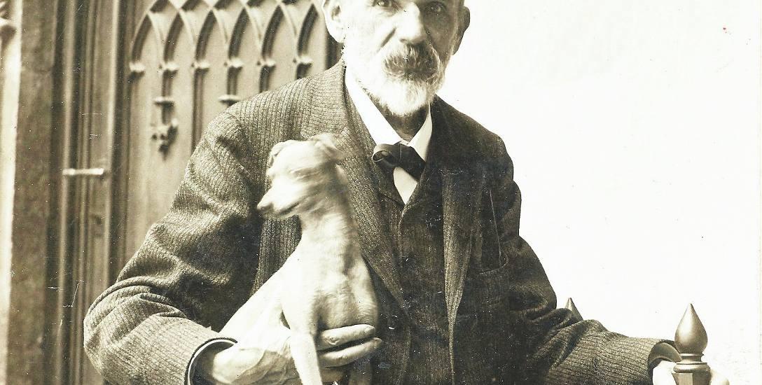 Karol Estreicher w Collegium Maius z pieskiem