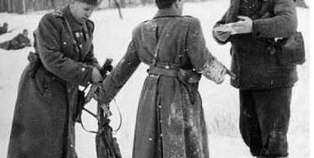 """Milicjanci, którzy przeszukiwali Andrzeja Kiszkę, byli i zdziwieni, i przerażeni wyglądem """"leśnego"""", który z bunkra wykopanego w 1953 r. wyszedł"""