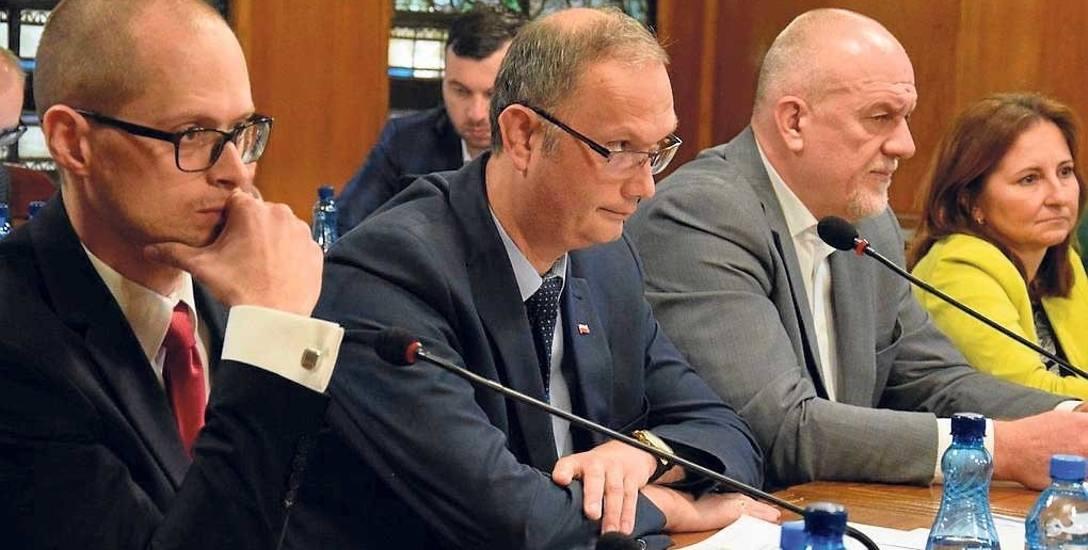 Radny Tomasz Wójcik (w środku) domagał się dokładnych wyliczeń, jakie są koszty wywozu i zagospodarowania śmieci ze Szczecinka