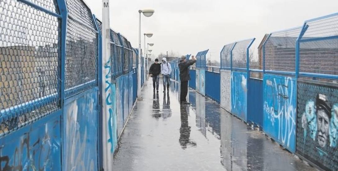 W miejscu, gdzie ma powstać nowy most i droga, na razie znajduje się tylko kładka dla pieszych