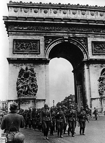 Żołnierze niemieccy pod Łukiem Triumfalnym Paryż, czerwiec 1940