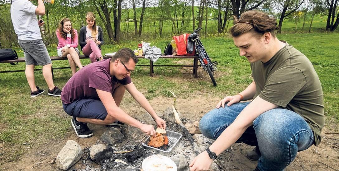 W leśnym parku w Myślęcinku znajdują się wyznaczone miejsca, w których można rozpalić grilla