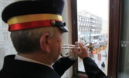 Boże Narodzenie 2016. Hejnalista wygrywa kolędy, by wprowadzić łodzian w świąteczny nastrój [FILM]