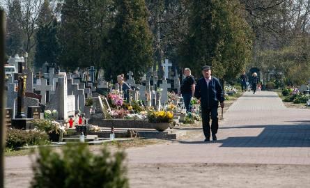 Niestety, w tej chwili nie ma jednoznacznej odpowiedzi na to czy można odwiedzać cmentarze.