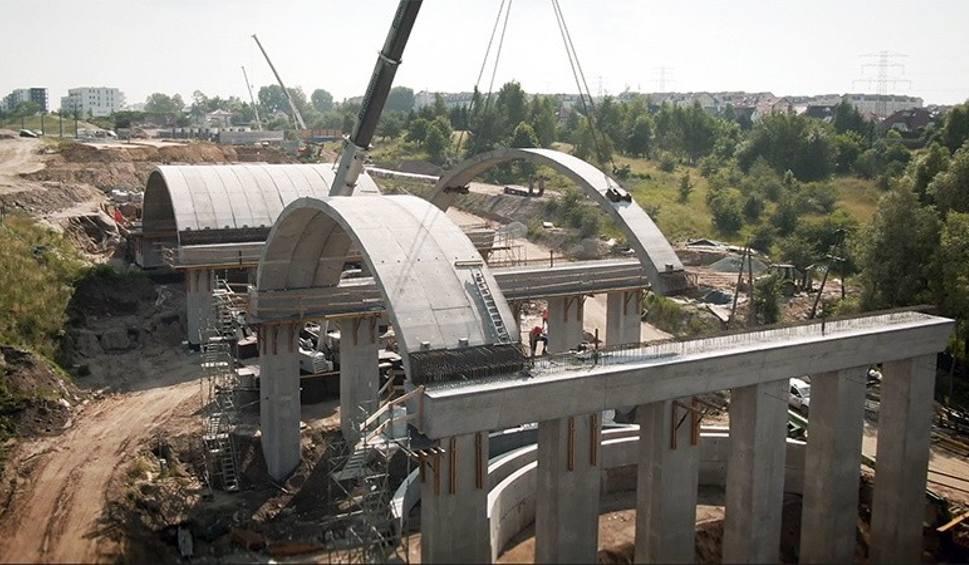 Film do artykułu: Estakada wenecka - wyjątkowy obiekt inżynieryjny rośnie na placu budowy ulic Nowej Bulońskiej Północnej w Gdańsku [zdjęcia, wideo]