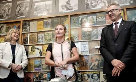 """""""Chiny nie do wiary"""" to pierwsza książka Kingi Lityńskiej z Poznania (w środku)"""