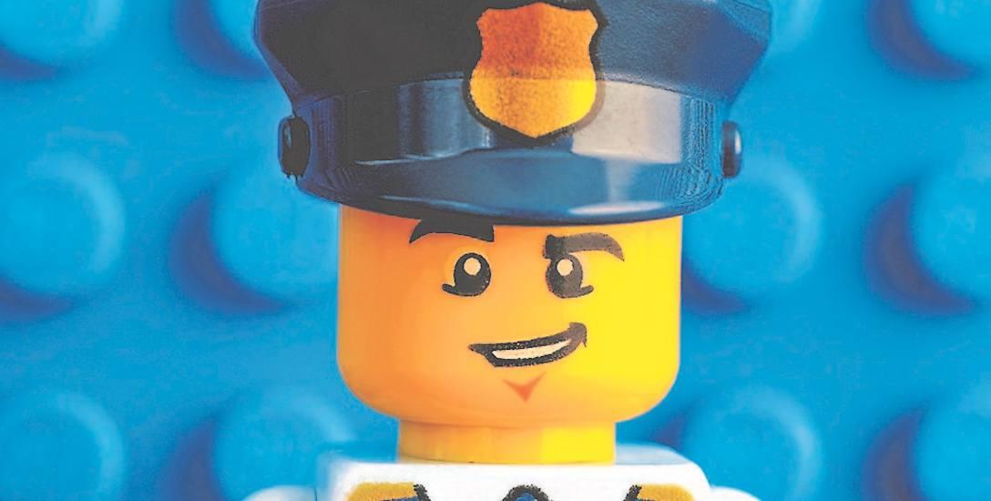 Jedna z licznych wersji policjanta. Ten pierwszy, z 1978 roku, miał białą czapkę i czarny mundur. Na przełomie lat 70. i 80. pierwszy policjant był sprzedawany