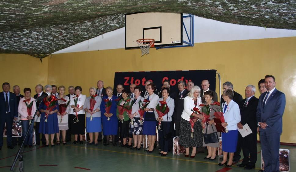 Film do artykułu: Złote gody w Sobkowie. Świętowało 21 par (LISTA)