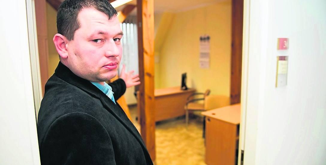 Przemysław Czechowski pokazuje jeden z punktów nieodpłatnej pomocy prawnej w Toruniu