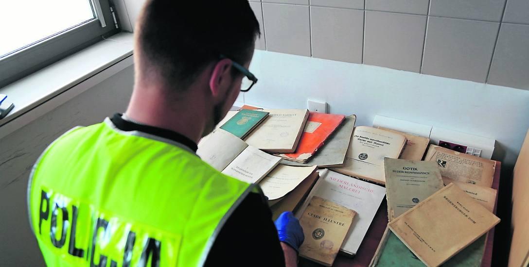 """Policjanci z dumą oznajmili, że """"odzyskali 15 książek, z których najstarsza pochodzi z 1846 roku. Egzemplarze zostały zabezpieczone""""."""