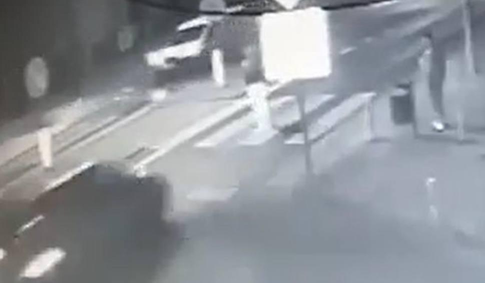 Film do artykułu: Wypadek na DK 61. Śmiertelny wypadek na pasach, kierowca uciekł. Sprawca - 25-letni mieszkaniec pow. makowskiego - w areszcie
