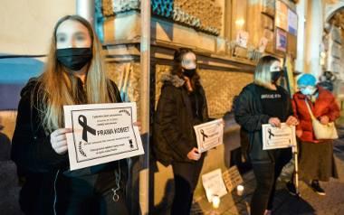 Pikieta kobiet w Przemyślu. Pod siedzibą PiS-u zapalono znicze. Interweniowała policja [ZDJĘCIA, WIDEO]