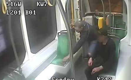 Poznań: Ukradli w tramwaju telefon i kartę płatniczą. Rozpoznajesz ich?