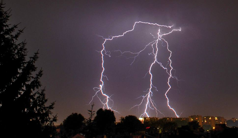 Film do artykułu: W piątek znowu na Podkarpaciu mogą wystąpić burze. Burzowo także w sobotę i niedzielę [PROGNOZA POGODY NA WEEKEND]