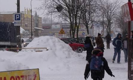 Zima daje się we znaki. Mróz, silny wiatr i koszmarne warunki na drogach w całym powiecie