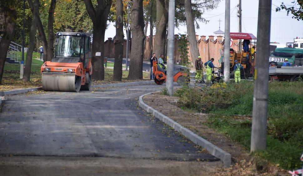 Film do artykułu: Tarnów. Miasto wylało asfalt w zabytkowym parku. Ale bez zgody konserwatora