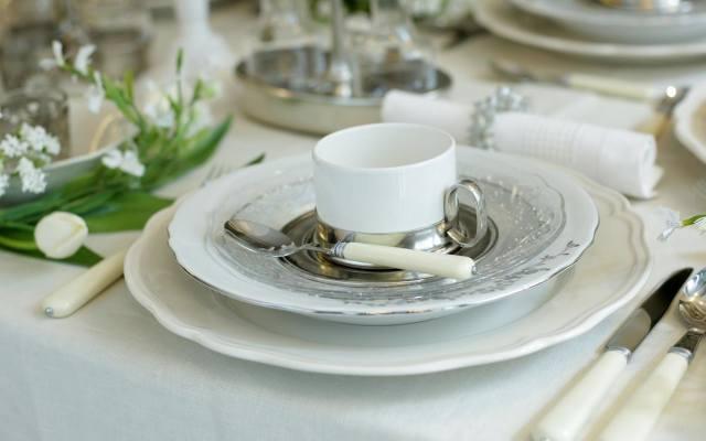 Nakrycie stołu na przyjęciu pierwszokomunijnym powinno być eleganckie, z przewagą bieli. Jego uzupełnieniem powinny być kwiaty.