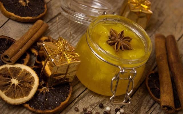Konfitura z pomarańczy z cynamonem i goździkami to przysmak, który na myśl przywodzi pachnące Święta Bożego Narodzenia.