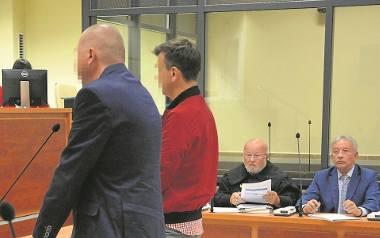 Piotr W. (pierwszy z lewej) oraz Grzegorz M. zasłaniali się wczoraj przed tarnowskim sądem niepamięcią