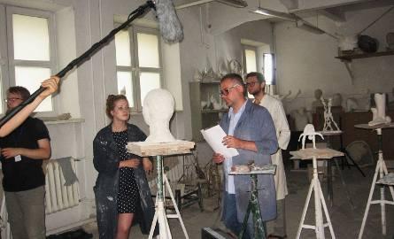 Maria stoi przy rzeźbie głowy i robi w niej ostatnie poprawki. Do pracowni wchodzi dwóch profesorów. Oglądają rzeźbę.