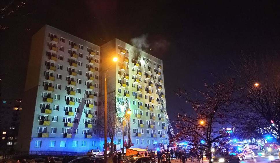 Film do artykułu: Potężny pożar mieszkania w wieżowcu w Świdniku. Ewakuowano mieszkańców. Zdjęcia i wideo
